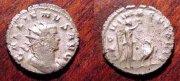 Галлилен и богиня победы Ника, венчающая орла Legio V Macedonica.